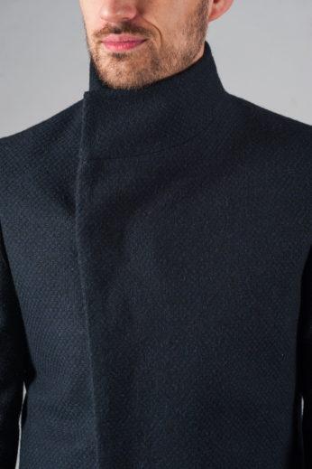 Демисезонное приталенное пальто с асимметричным бортом вблизи