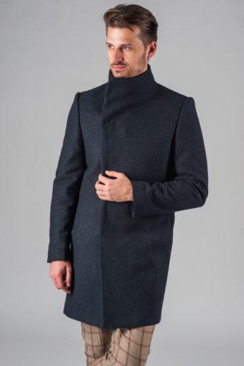 Демисезонное приталенное пальто с асимметричным бортом застегнутое