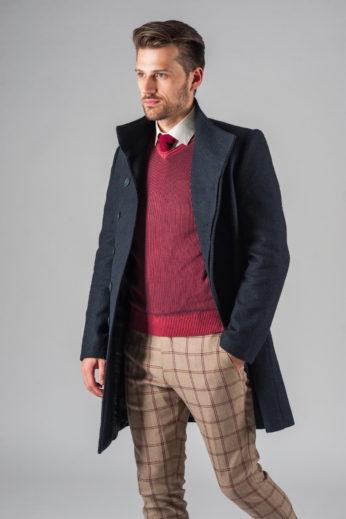 Демисезонное приталенное пальто с ассиметричным бортом расстегнутое