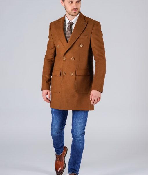 Двубортное пальто цвета camel