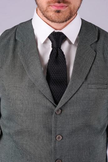 Стильный жилет серого цвета в деталях