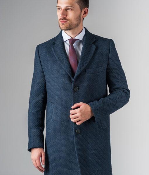 Приталенное пальто из фактурной ткани