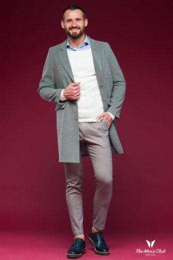 Мужское пальто серого цвета.