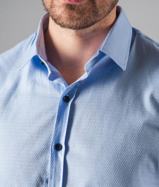 Приталенная голубая мужская рубашка