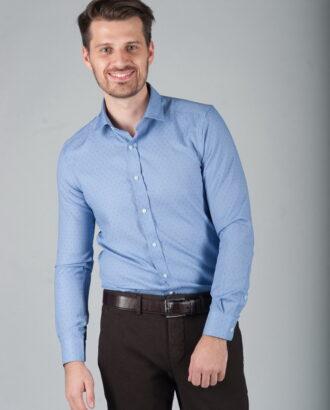 Голубая приталенная рубашка из фактурной ткани.