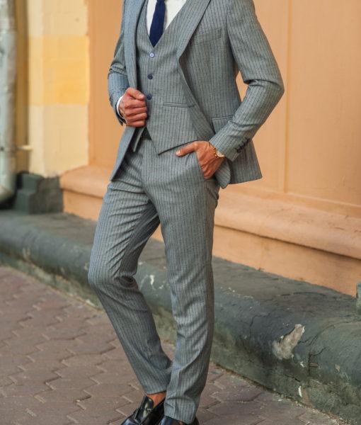 Серый костюм тройка в тонкую полоску. Арт.:4-531-5