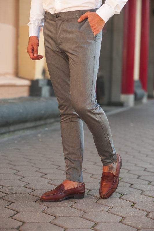 В меру зауженные брюки серого цвета. Арт.:6-502-1