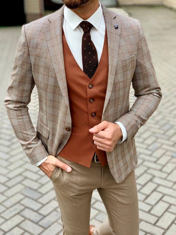 Бежевый мужской костюм-тройка с терракотовой жилеткой. Арт.:4-1052-3