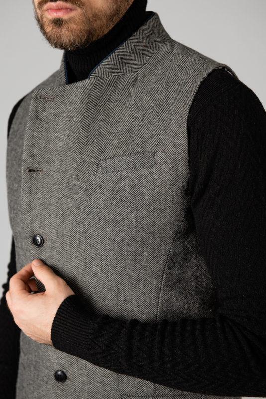 Серая мужская жилетка с ассиметричным бортом. Арт.:3-1421-3