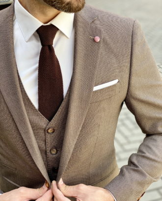Приталенный костюм-тройка коричневого цвета. Арт.:4-1635-3