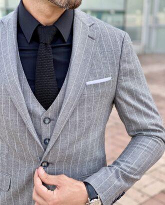 Мужской костюм-тройка серого цвета в светлую вертикальную полоску. Арт.: 2424